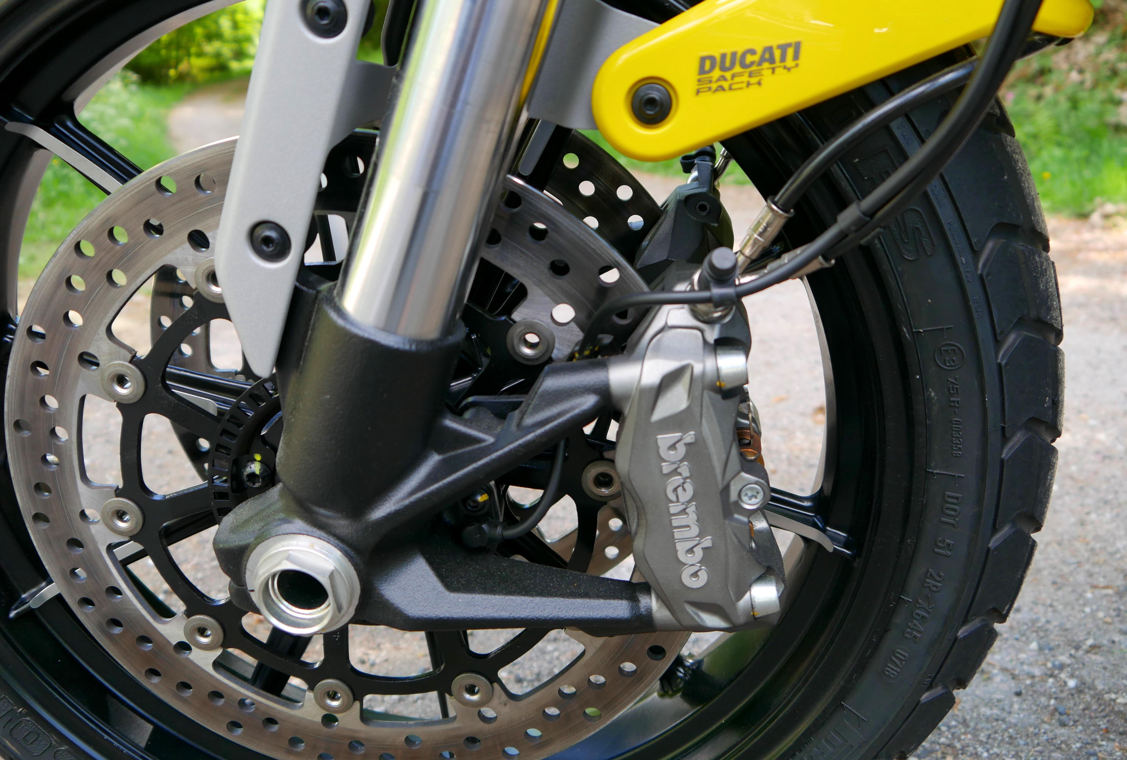 Das Ducati Safety Pack aus 320er Scheiben, Brembo M4.32 Sätteln und Bosch Kurven-ABS lässt keine Wünsche offen.