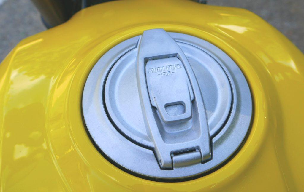 Anders, aber gut. Der Tankeldeckel der SCR 1100 erinnert an eine Cola-Dose.