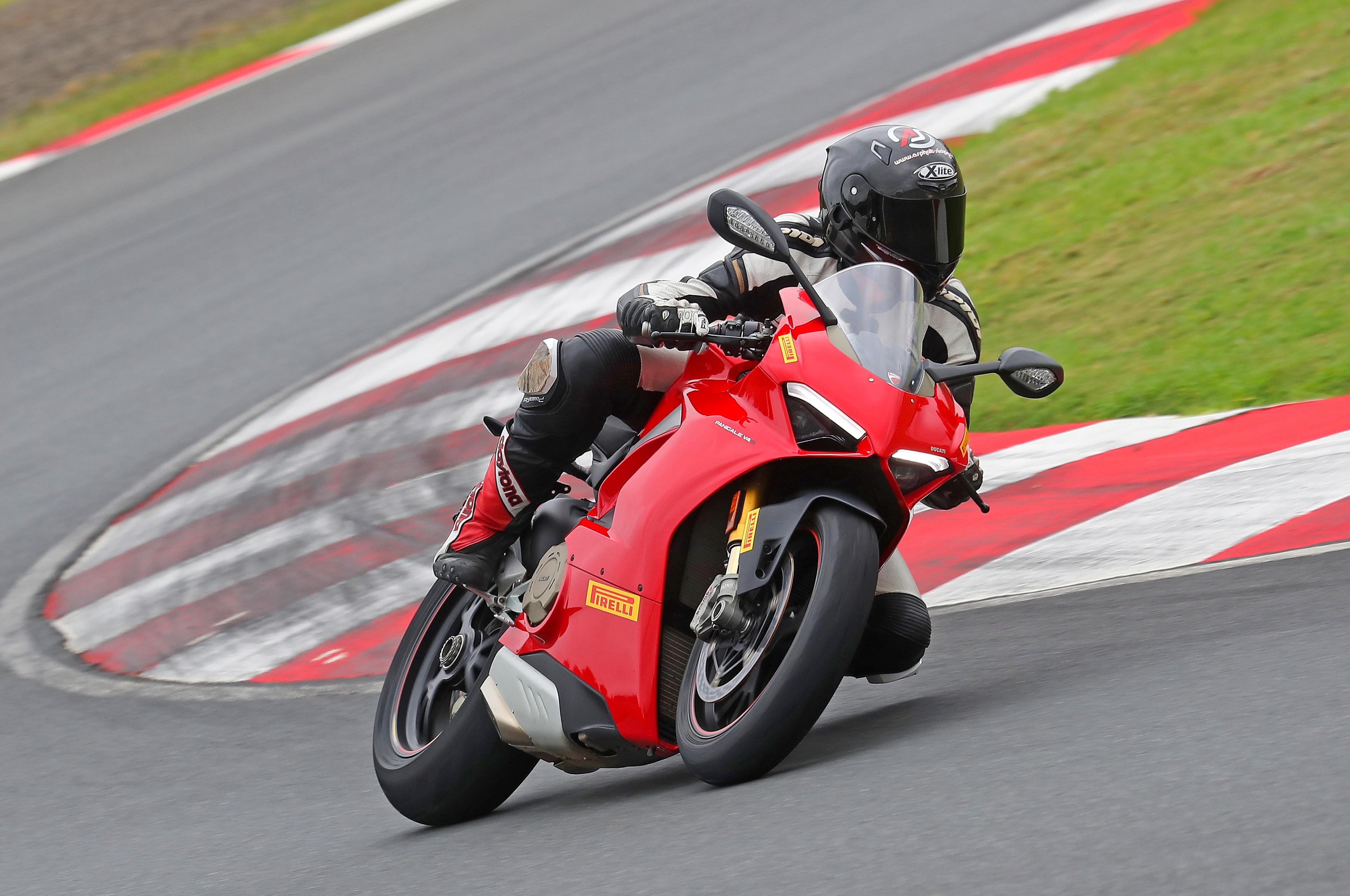 Für die Panigale hatte Pirelli den Diablo Rosso Corsa II auch schon in der Hinterradgröße 200/60 bei der Präsentation dabei. Die Größe harmoniert hervorragend mit der neuen V4, kommt aber erst im Laufe der Saison in den Handel.